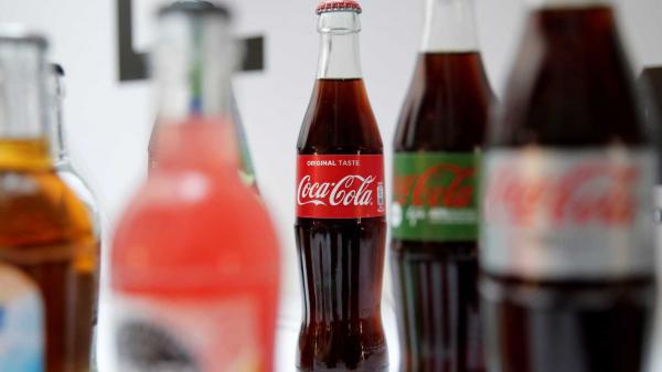 Funcionário de fornecedora de Coca-Cola é visto urinando em garrafa.