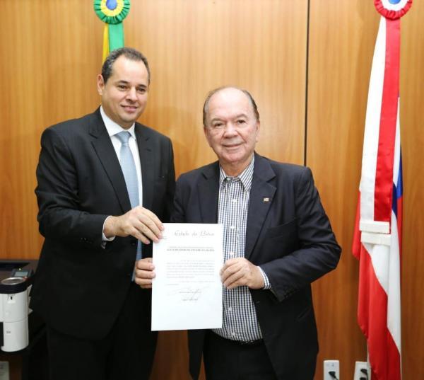 Nelson Leal e João Leão assinam termo de transmissão do Governo da Bahia