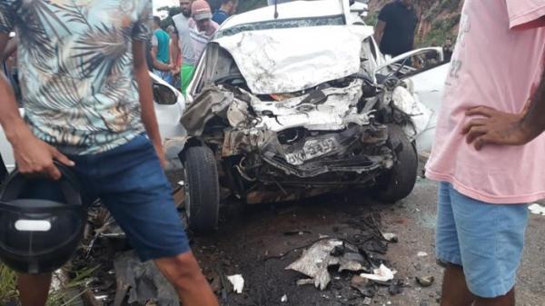 Quatro pessoas morrem após colisão entre dois veículos na BR-101 em Presidente Tancredo Neves