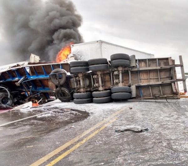 Carreta pega fogo em acidente na BR-116, uma pessoa ficou ferida.