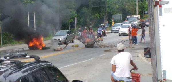 RJ: Moradores fecham BR 101 com corpos; ainda largaram os cadáveres no meio da estrada.