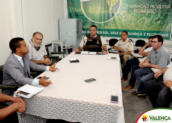 Prefeito de Valença participa de reunião com autoridades policiais.