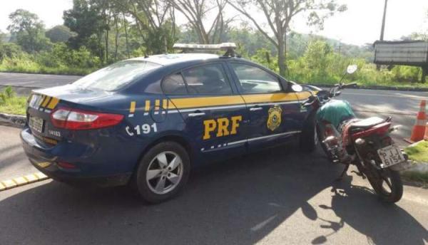 Polícia Rodoviária Federal (PRF) recupera motocicleta minutos depois do roubo em Gandu