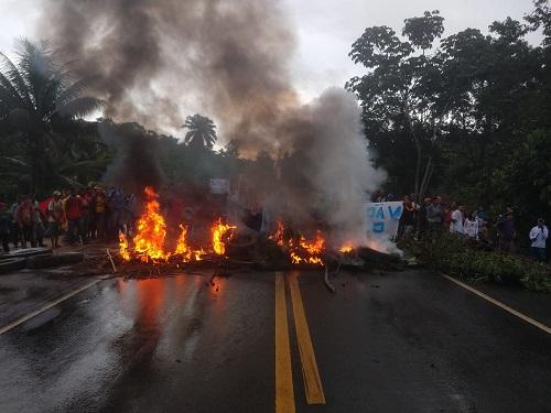 Manifestação interdita BR-101 em Gandu