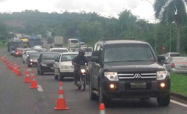 Quatro veículos  se envolve em acidente na BR-324