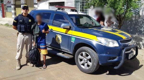 Adolescente viaja cerca de 50 quilômetros em parachoque de caminhão; PRF evita final trágico