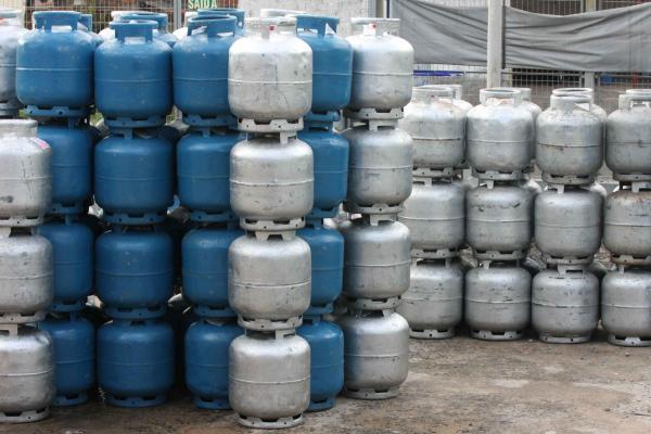 Preço do botijão de gás pode cair até 50%, disse Guedes.