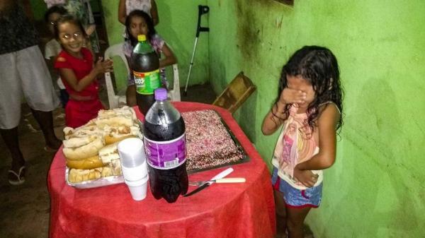 Menina chora ao ganhar bolo de aniversário; internautas se emocionam, veja.