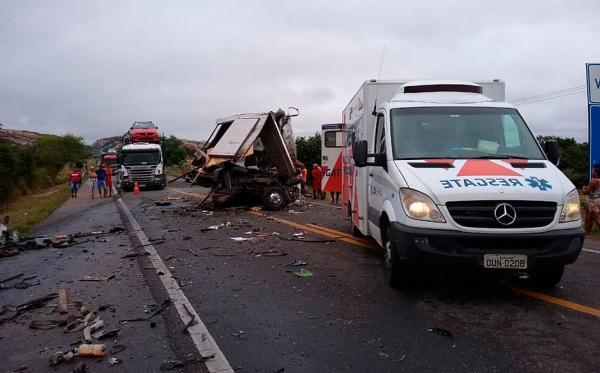 BR-116: Acidente envolvendo caminhão da banda de Léo Santana deixa mortos