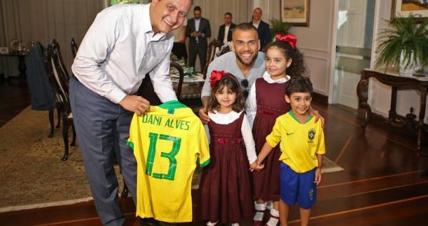 Governador Rui Costa  recebe Daniel Alves e ganha camisa de presente