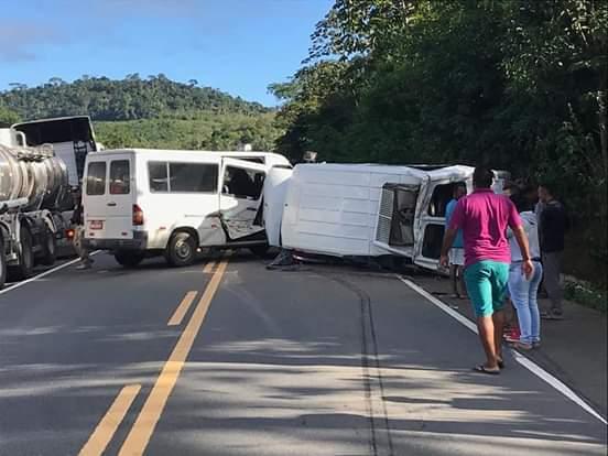 Colisão entre duas vans na BR-101 deixa uma vítima fatal