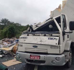 Caminhoneiro morre preso nas ferragens após veículo tombar na BR-324