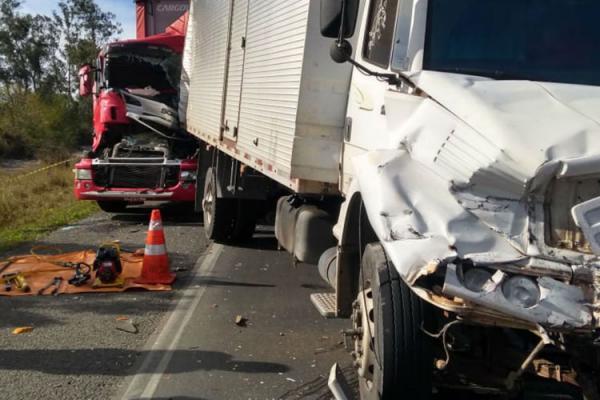 Engavetamento envolvendo três carretas e um carro na BR-116 deixa um morto