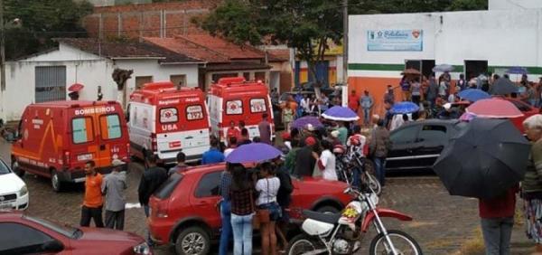 Caminhão que transportava feirantes tomba na zona rural de Apuarema e deixa mais de 15 feridos