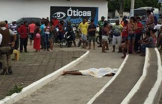 Homem é morto e mulher baleada na pracinha em Jequié
