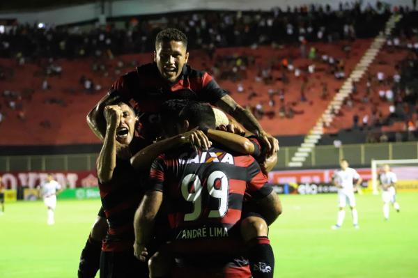 Vitória vence Bragantino de goleada e avança na Copa do Brasil.