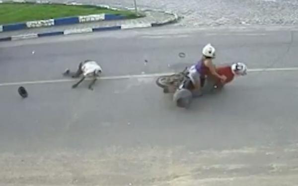 Idoso é arremessado após ser atropelado por motocicleta em pista na Bahia