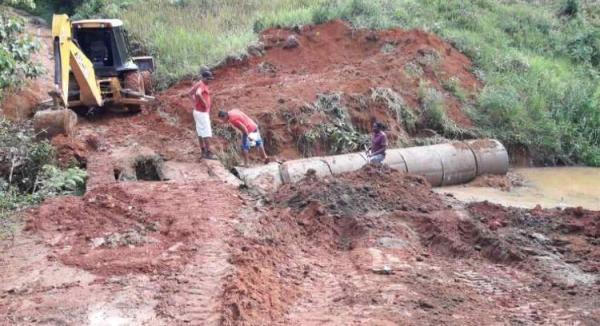 Prefeitura de Teolândia substitui ponte de madeira por manilhas de concreto na Região da Bica.
