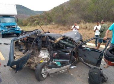 Acidente entre carro e caminhão deixa dois mortos na BR-116, em Jequié.