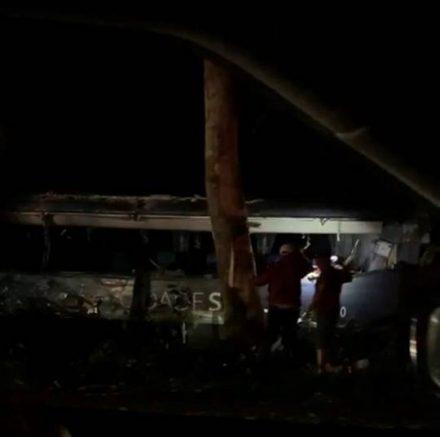 BR-101: carreta pega fogo após bater em ônibus no trevo de Uruçuca