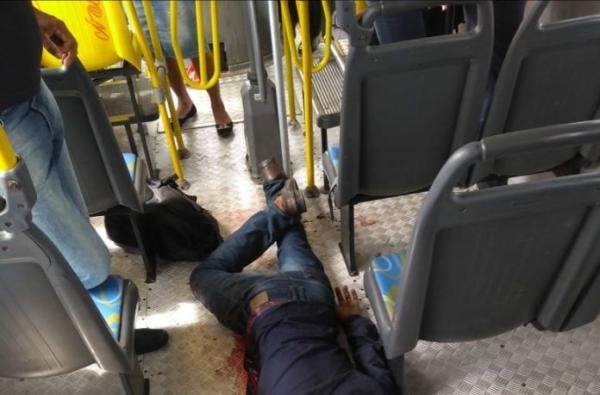 Passageiro reage a assalto dentro de ônibus e mata assaltante na BR-324