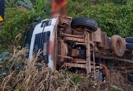 Caminhão caçamba tomba em rodovia entre Gandu e Piraí do Norte