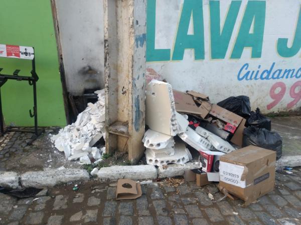 Gandu: Comerciantes denuncia entulho de construção em calçada