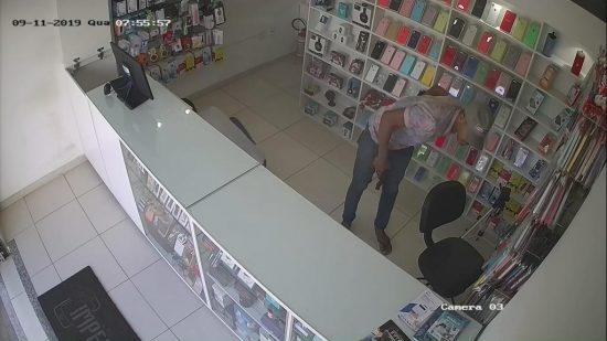 Vídeo: Dois homens armados assaltam loja em SAJ