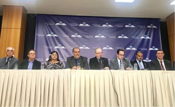 Prefeito de Valença assina em Brasília termo de compromisso para implantação da Faculdade de Medicina.