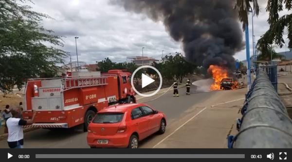 Carro pega fogo em Jequié; vídeo