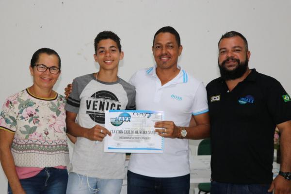 Com apoio da Prefeitura Municipal, mais de 40 jovens recebem o certificado de curso de operadores de Máquinas Pesadas.
