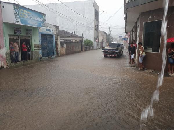 Chuva intensa alaga ruas em Gandu; vídeo e fotos.