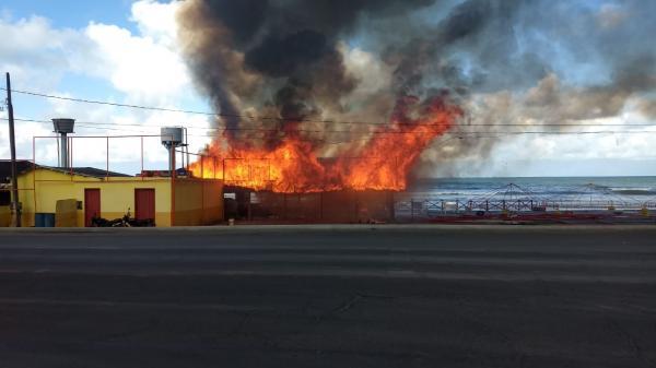 Incêndio destrói cabana em Ilhéus; vídeo.