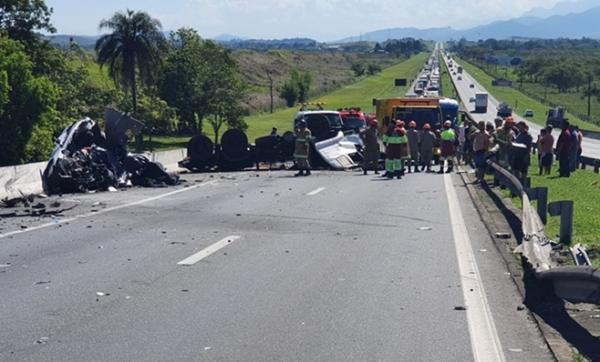 Acidente envolvendo carro e carreta deixa cinco pessoas mortas; bebê está entre as vítimas