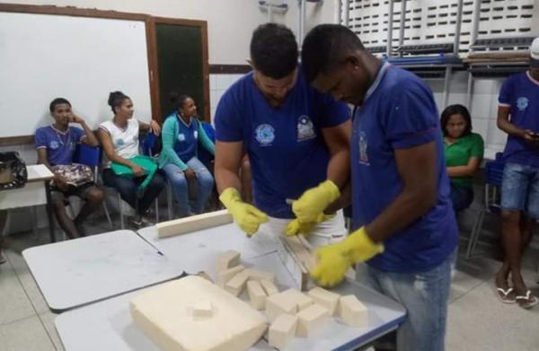 Estudantes desenvolvem sabão artesanal em aulas de Biologia na Ilha de Itaparica