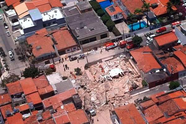 Prédio residencial desaba em Fortaleza e deixa ao menos um morto