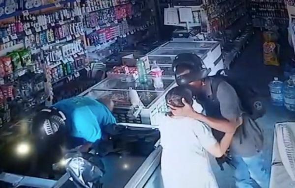 Vídeo mostra assaltante beijando idosa durante roubo: 'não quero seu dinheiro'