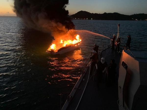 Lancha pega fogo na Baía de Todos os Santos