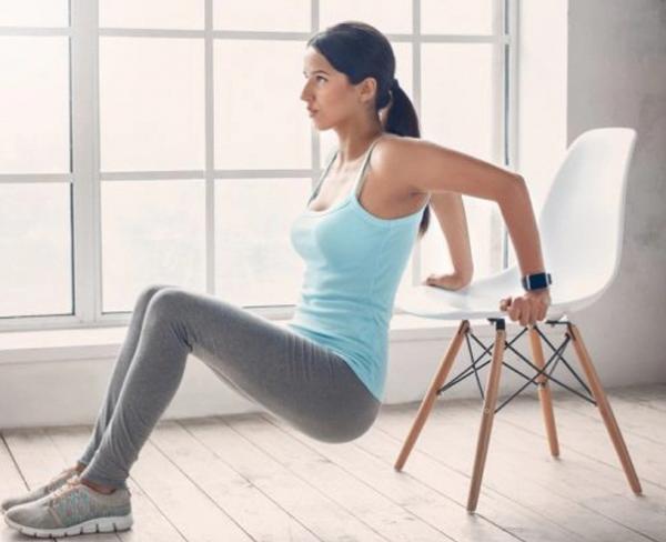 Veja como ficar em forma usando apenas uma cadeira