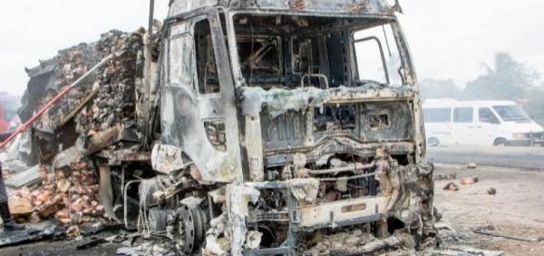 Incêndio destrói carreta com carga de frango na BR-116