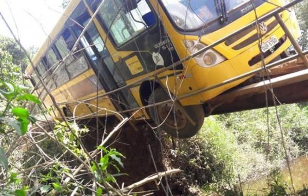 Lateral de ponte quebra e ônibus escolar quase cai em PTN