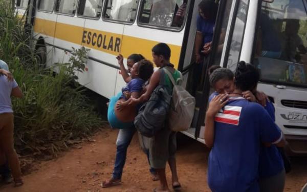 Ônibus com 50 alunos bate em árvore em Ilhéus