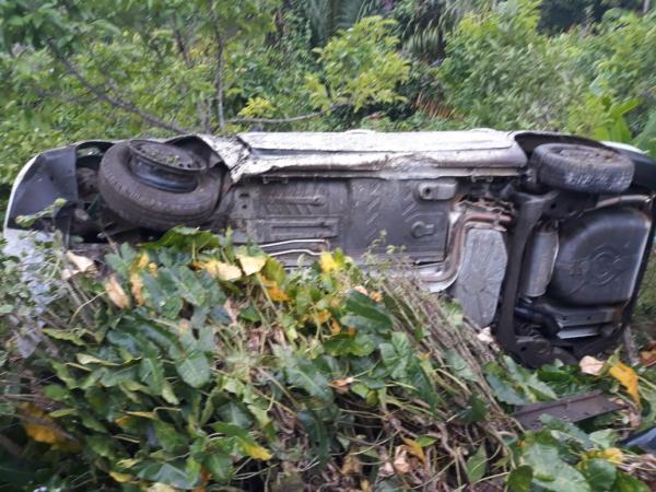 Carro capota e bate em árvore na BR-101 próximo ao entroncamento de Valença