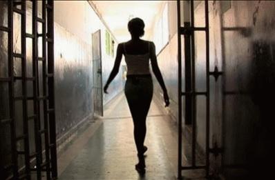 Presa em cela feminina, mulher trans engravida detenta