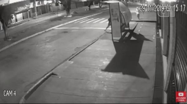 Idoso é morto a socos e chutes, enquanto dormia no ponto de ônibus; veja vídeo
