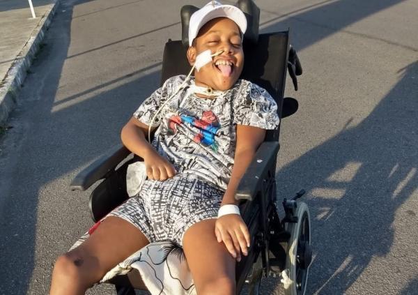 """Garoto com deficiência mora com mãe em hospital; """"Recebeu alta, mas nossa casa não tem condições"""""""