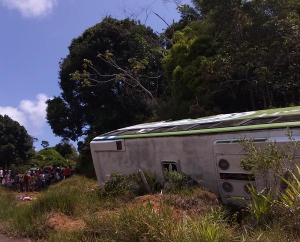 Ônibus tomba em rodovia entre Ilhéus - Itacaré deixa ao menos 8 pessoas feridas
