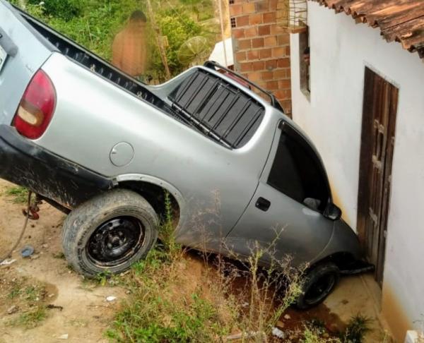 Carro despenca em ribanceira e quase atinge uma  residência em Wenceslau Guimarães