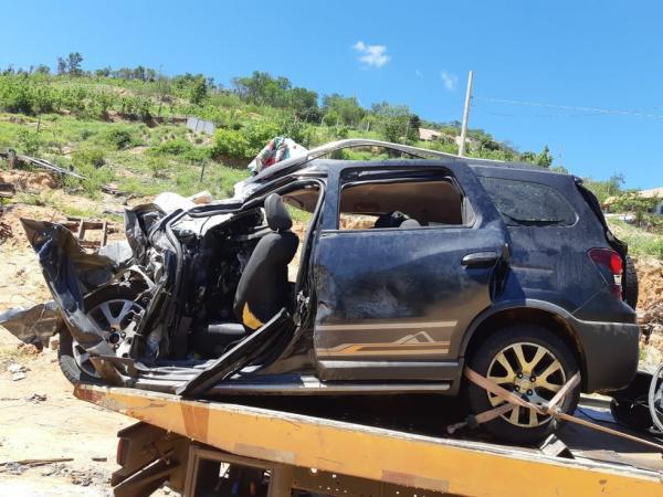 Quatro pessoas da mesma família morrem após carro bater contra caminhão na BR-116