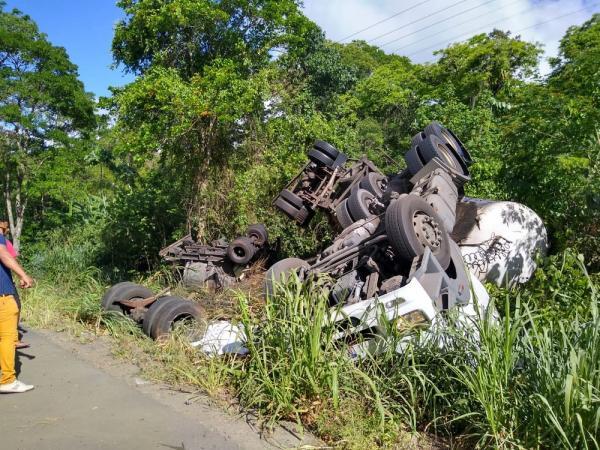 Caminhão tomba em Itabuna e deixa um morto